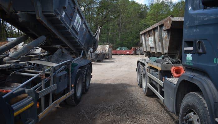 deux camions bennes côte à côte