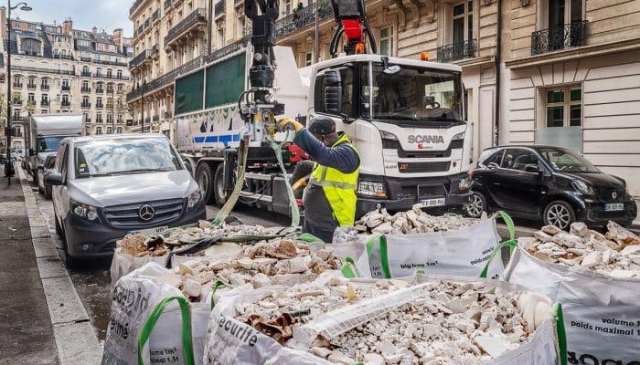 Un camion big bag n go effectuant sa collecte